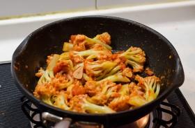 Stir Fried Cauliflower with Tomato Sauce process | Omnivore's Cookbook