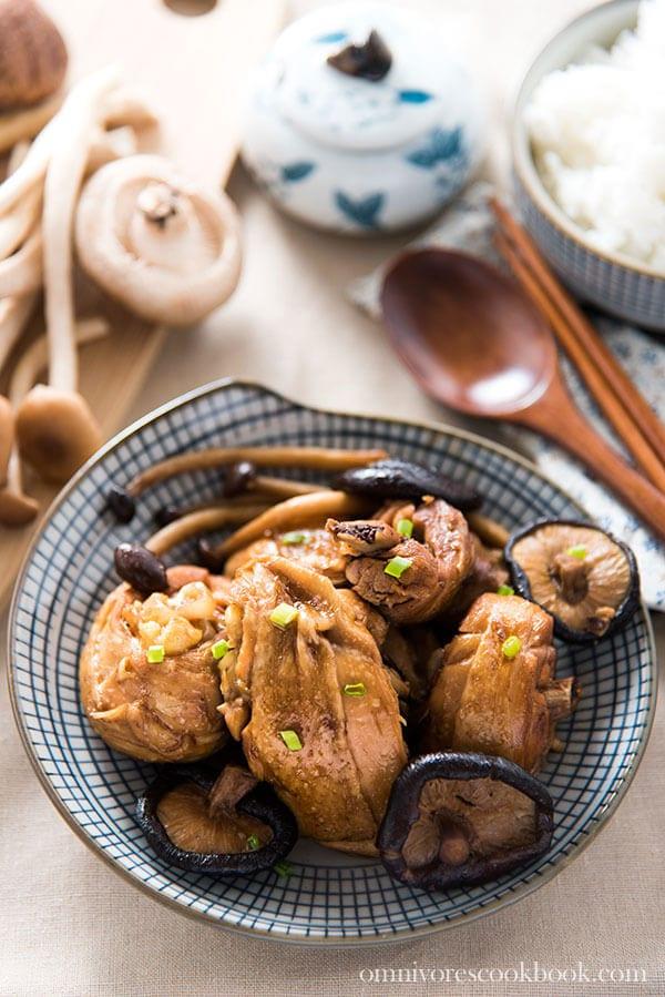 Braised Chicken with Mushroom (小鸡炖蘑菇) | omnivorescookbook.com
