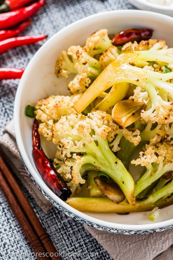 Spicy Cauliflower Stir-Fry - A quick and easy vegan stir fried cauliflower dish that creates a great texture, just like oven-roasted | omnivorescookbook.com