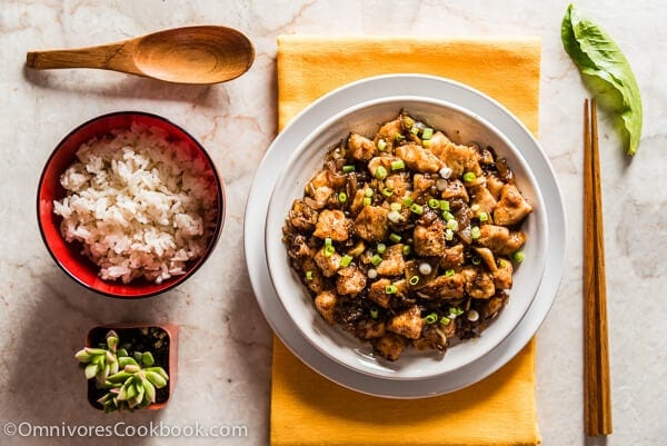 Stir Fried Chicken with Black Bean Sauce (豉汁干葱爆鸡球) - A simple and rich black bean sauce with tons of herbs to bring out the best flavor of the chicken | omnivorescookbook.com