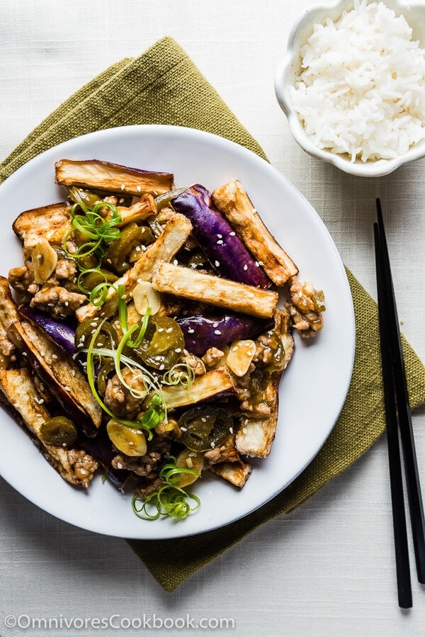 Crispy Eggplant with Szechuan Meat Sauce (鱼香茄子) - Truly crispy eggplant served with an appetizing and pungent sour-spicy sauce | omnivorescookbook.com