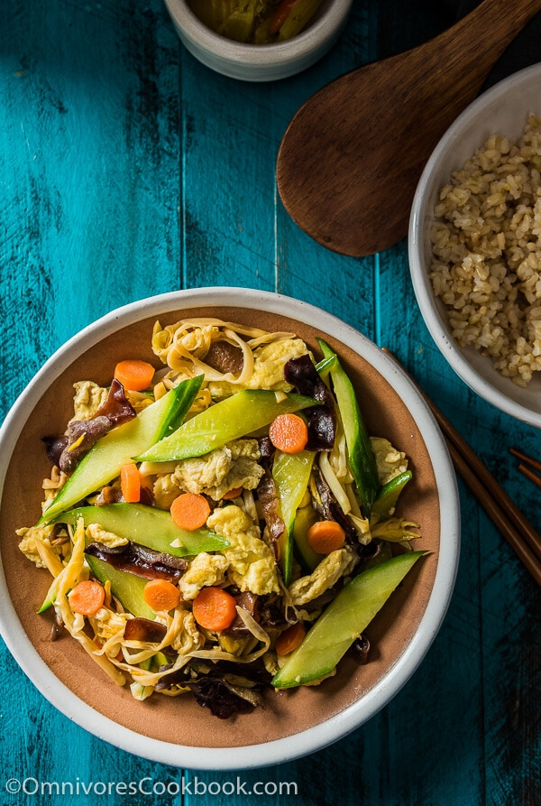 Moo Shu Vegetables - A quick and delicious dish that you can serve as a side or enjoy as a main | omnivorescookbook.com
