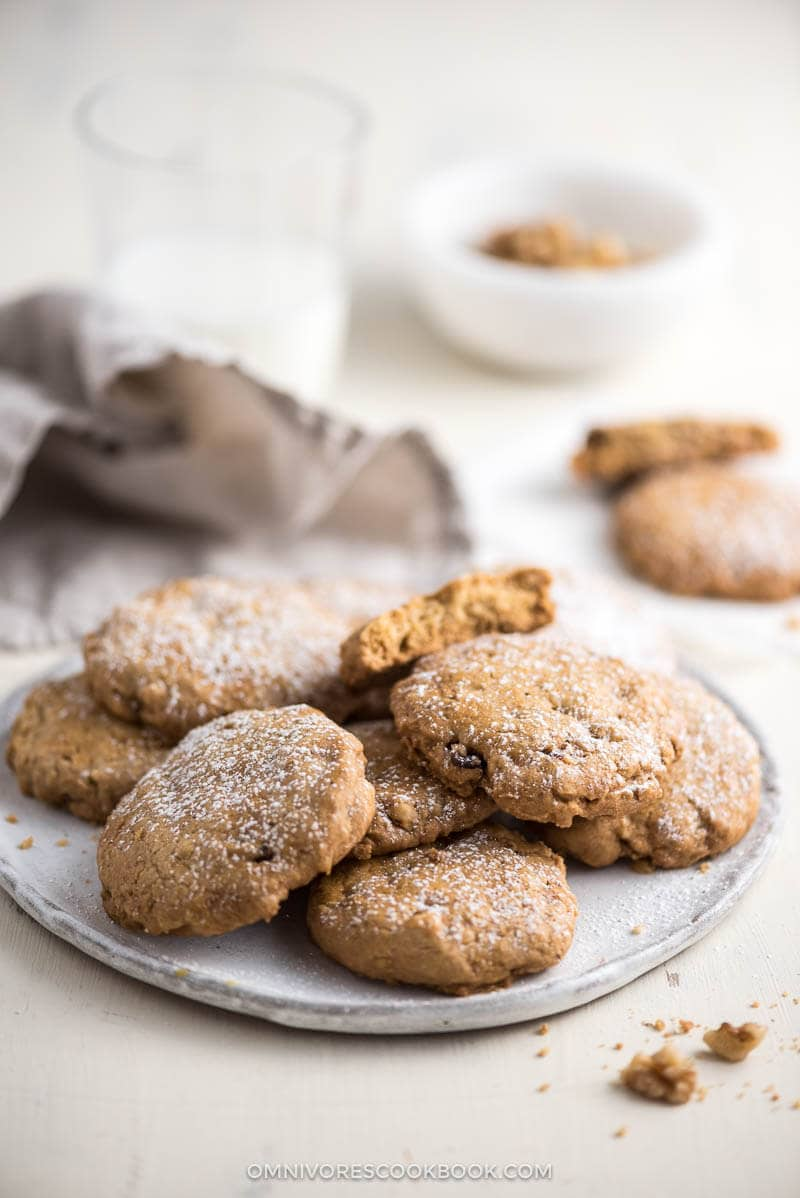 These Chinese-style walnut cookies feature a crispy and crumbly texture and heavenly walnut aroma.