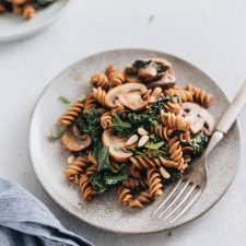 Mushroom kale pasta with garlic sauce - A quick and easy dish that gives you the satisfaction of fried noodles using five ingredients that you can get at any grocery store.