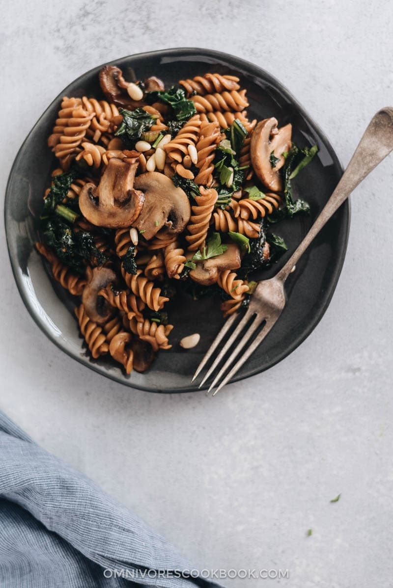 The mushroom kale pasta with garlic sauce is a quick and easy dish that gives you the satisfaction of fried noodles using five ingredients that you can get at any grocery store.