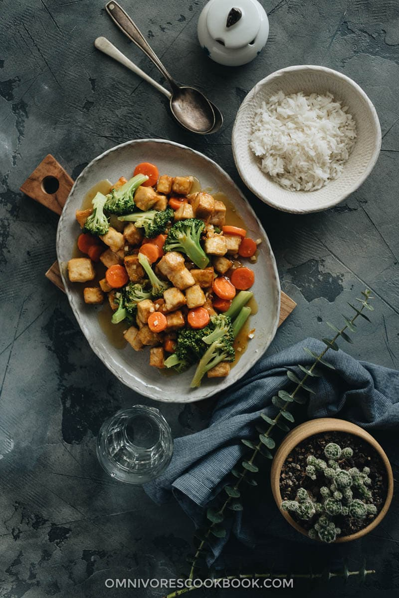 Air Fryer Tofu with broccoli and carrot served in big plate with white rice spread
