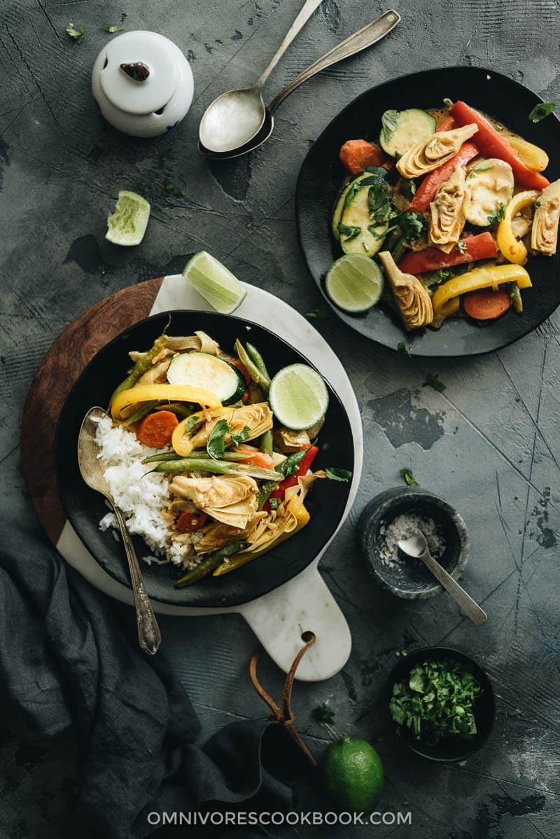 Easy vegetarian thai curry omnivores cookbook vegetarian thai curry served in black plate with rice forumfinder Images