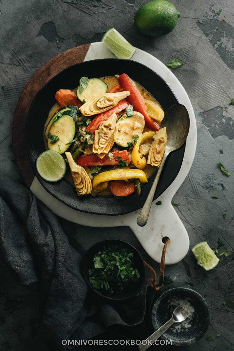 Vegetarian Thai curry served in black plate