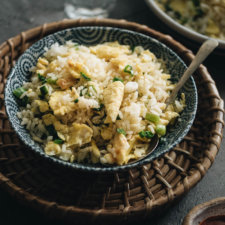 3-Ingredient Egg Fried Rice (蛋炒饭) - Super easy 10-minute fried rice that give you the Chinese restaurant experience. #chinese #asian #recipes #glutenfree
