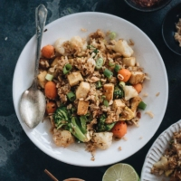 Easy tofu fried rice - A healthy and delicious one-pot meal that you can whip up in 20 minutes. The charred rice is bursting with flavor and loaded with vegetables and lean protein. {Vegetarian, Gluten-free adaptable} #healthy #withegg #vegetable #recipe