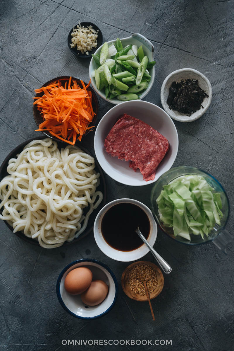 Ingredients for making fried udon with ground beef