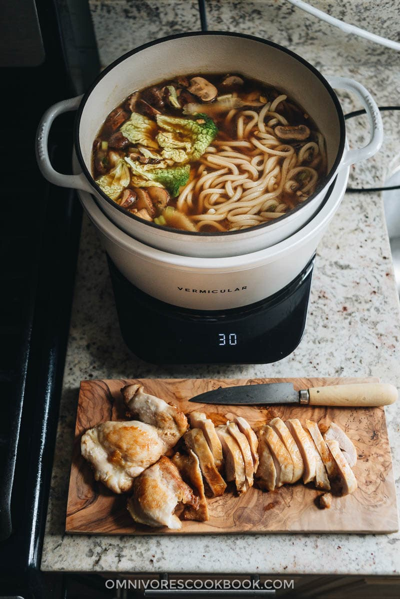 Cooking chicken udon soup in Vermicular Musui-Kamado
