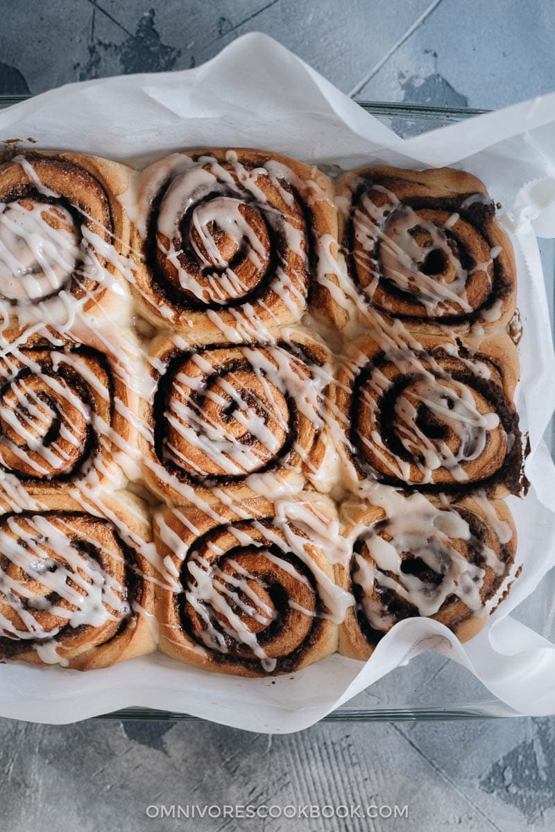 Cinnamon rolls filled with sesame paste