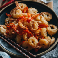 Salt and Pepper Shrimp (椒盐虾) | This recipe is perfect for you if you're looking for an easy appetizer. The juicy shrimp are coated with a crunchy crispy coating and tossed in a garlicky salt and pepper mixture, creating a delicious dish no one can refuse. {Gluten-Free}