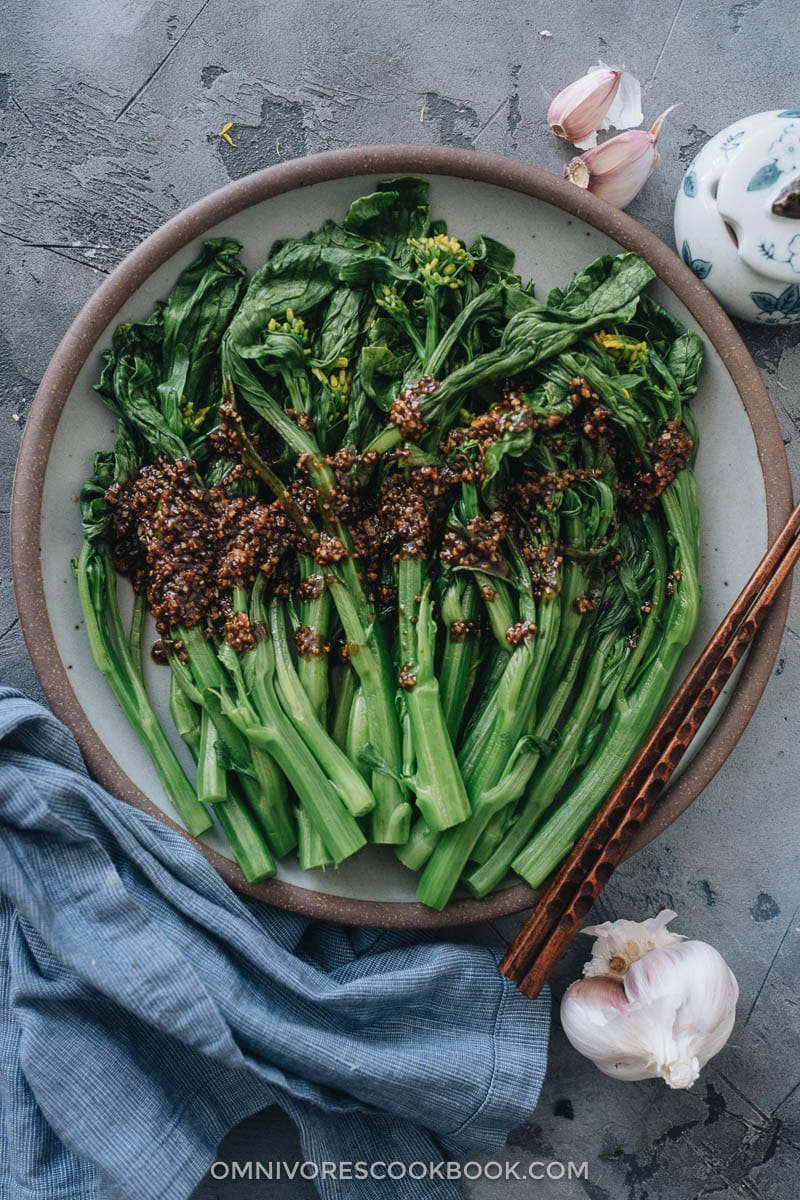 Blanched choy sum with garlic sauce