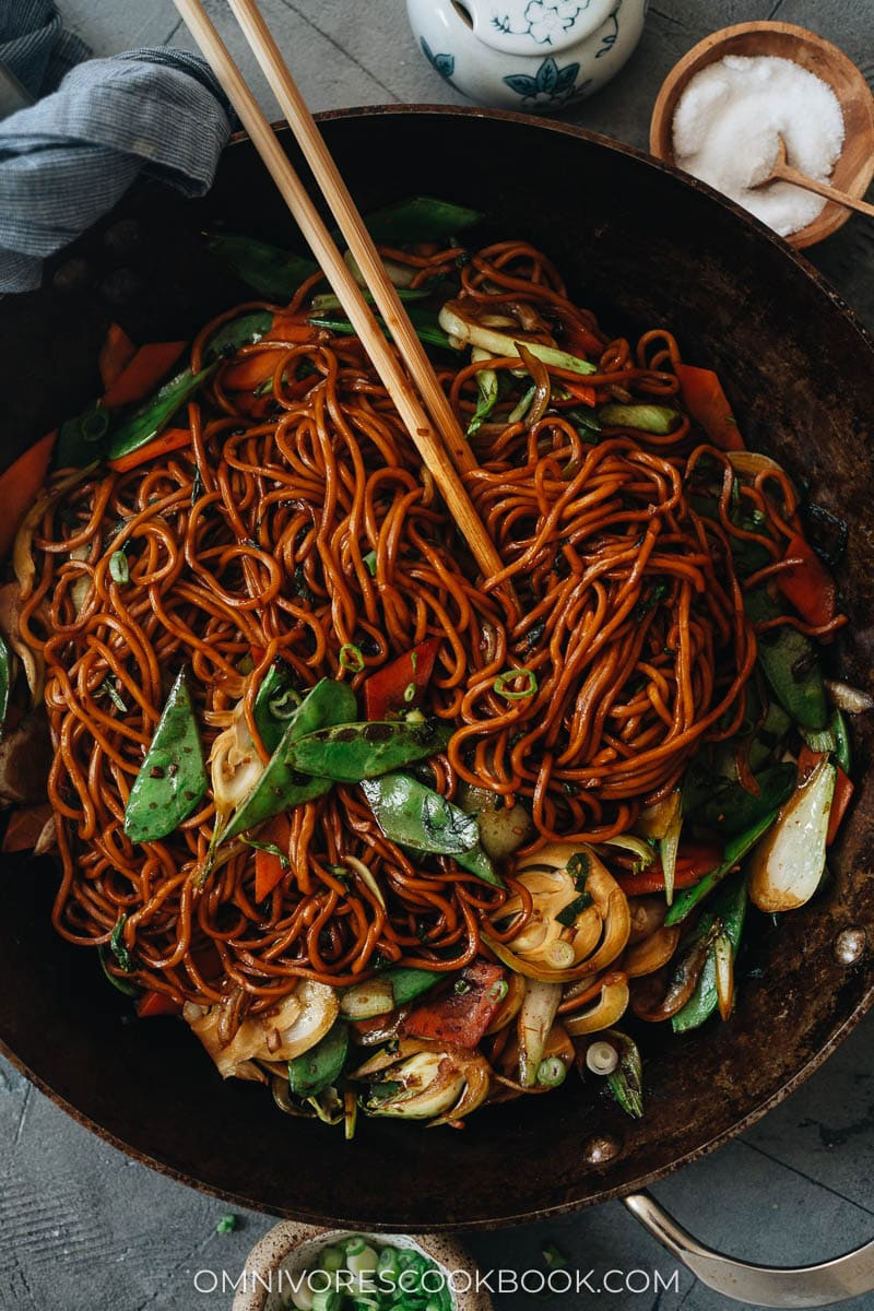 Homemade lo mein with vegetables