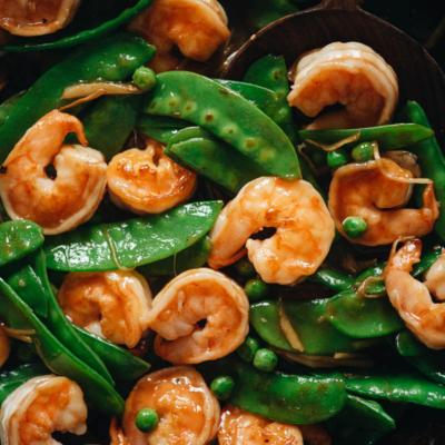 Stir fried shrimp with snow peas close up