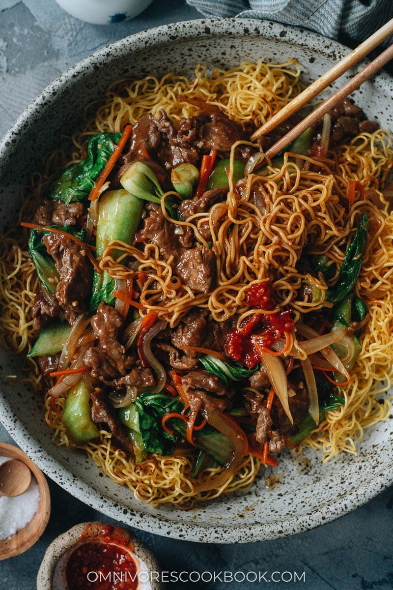 Beef pan fried noodles with vegetables