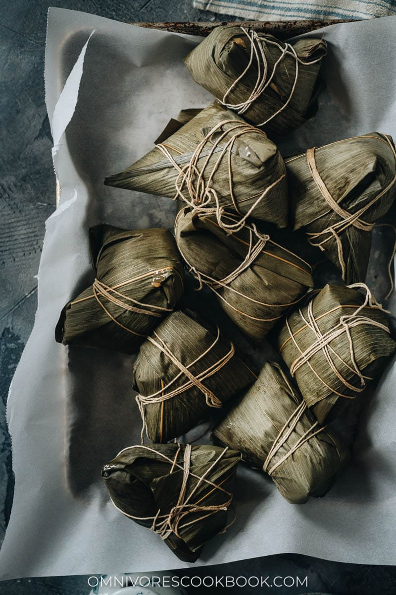 Cooked zongzi in a tray